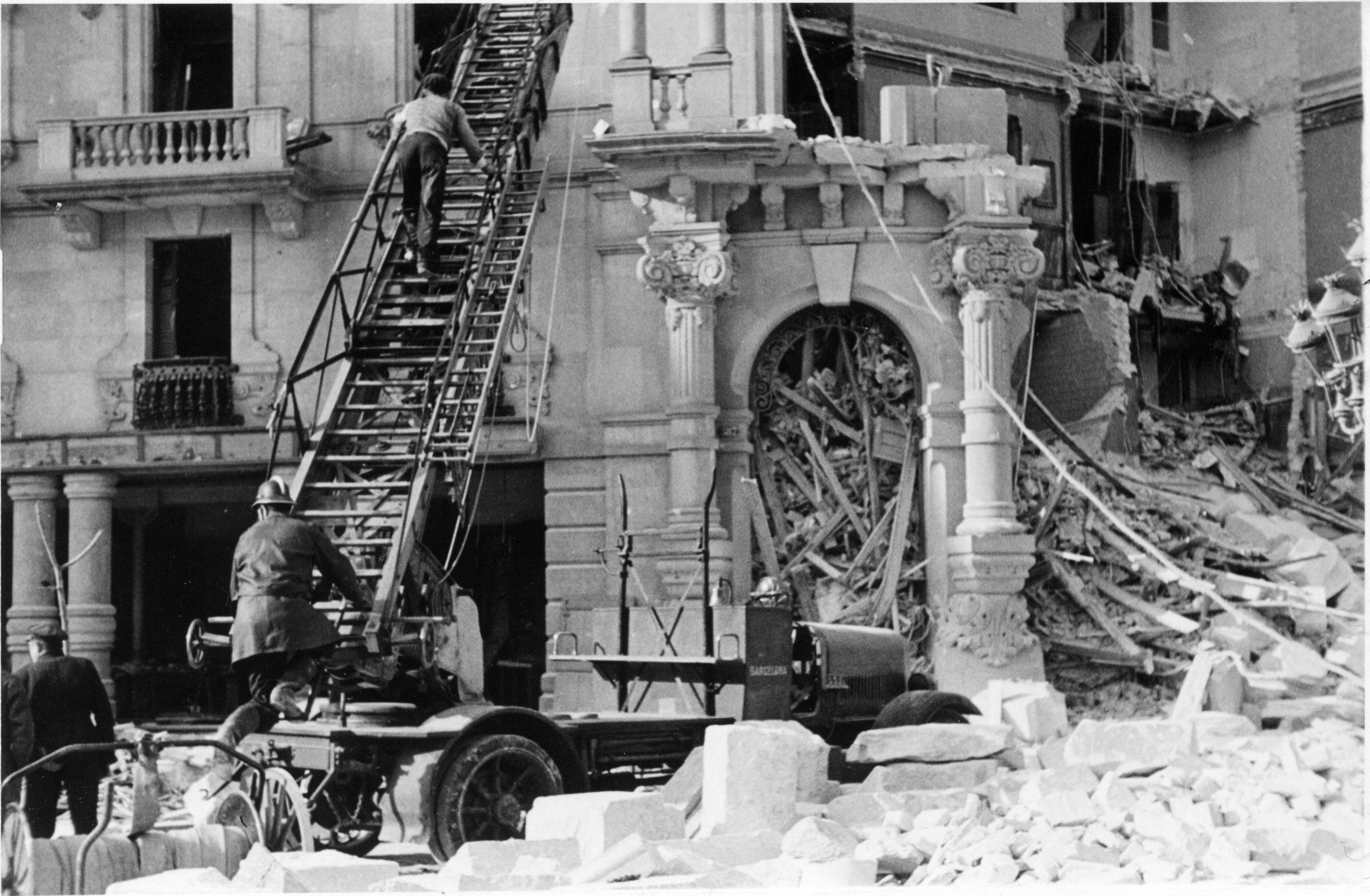 Bombers de Barcelona fent tasques de salvament en el bombardeig del 18/03/1938