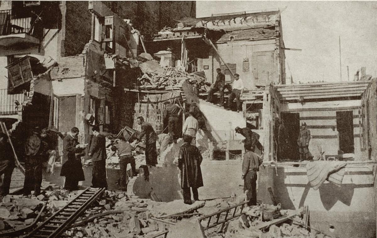 Bombers de Barcelona en tasques de desenrunament en el bombardeig del 16/03/1937