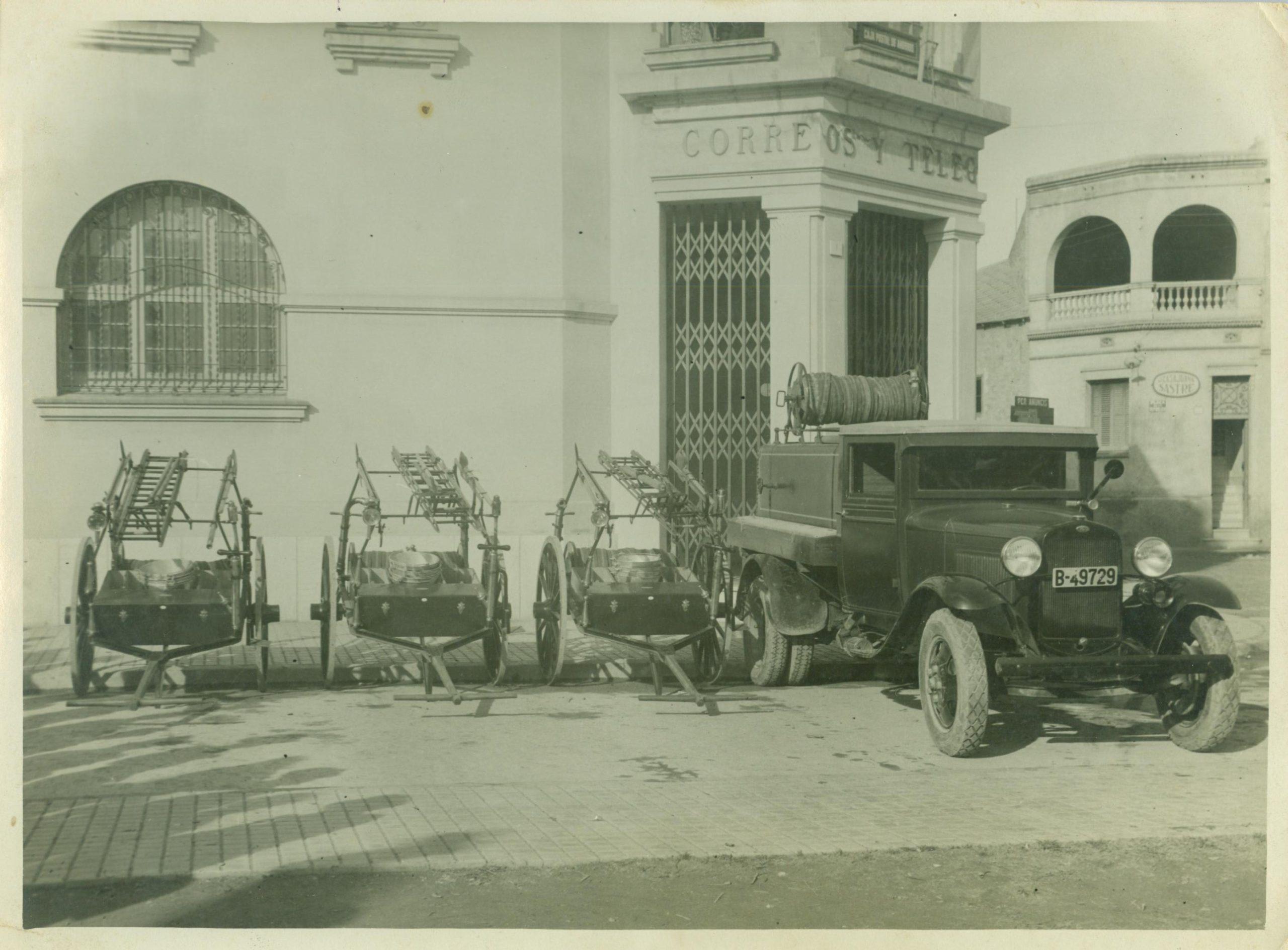 Vehicle i carros porta mànegues del Bombers de l'Hospitalet de Llobregat, el 1934.