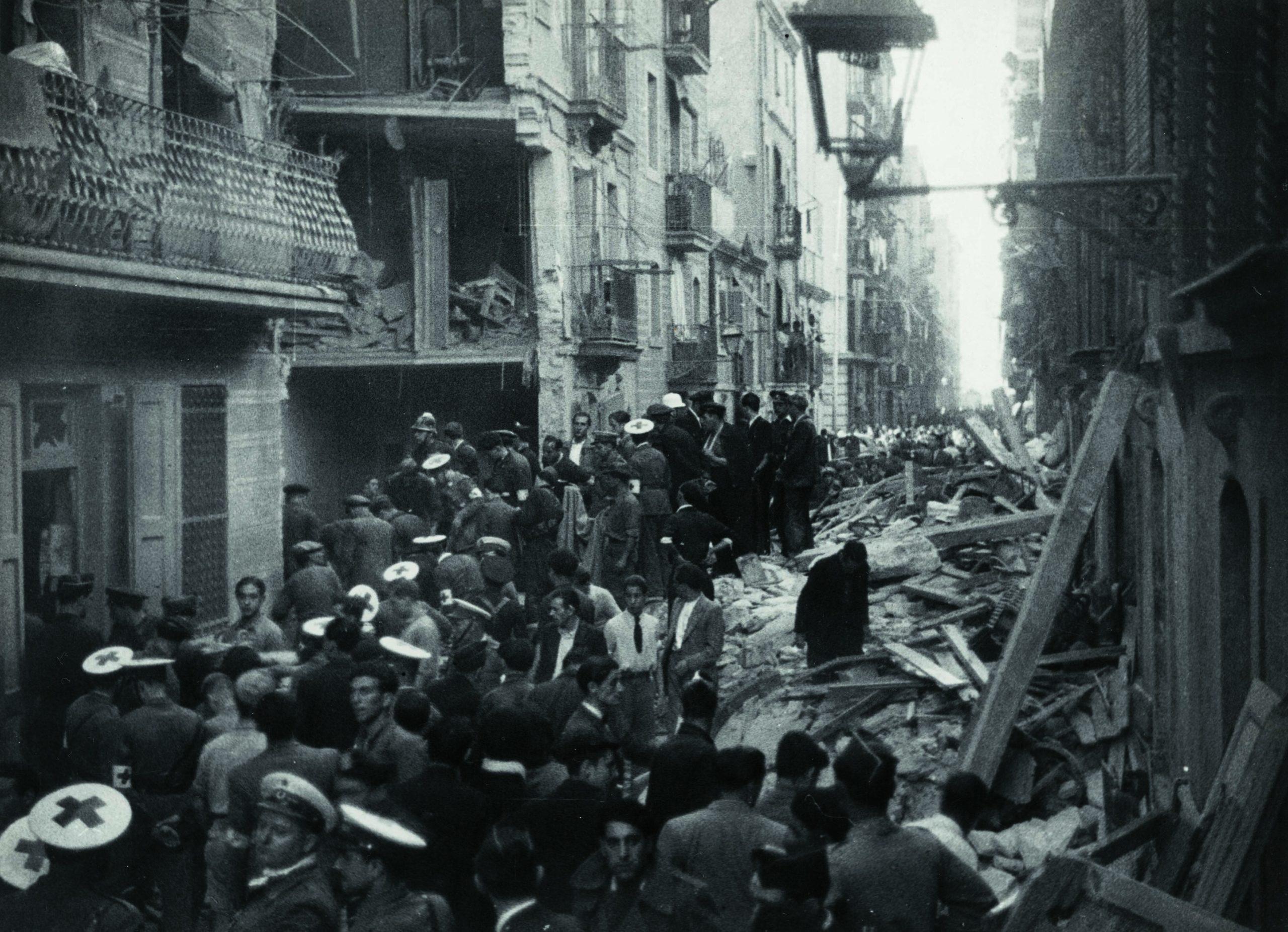 Bombers de Barcelona en tasques de desenrunament en el bombardeig del 29/05/1937