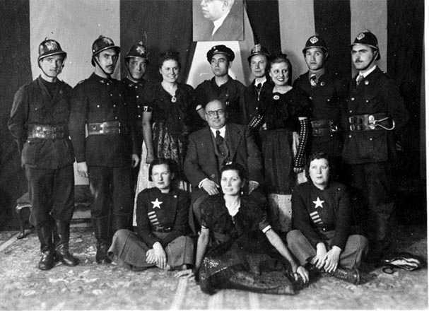 L'alcalde de Madrid, Rafael Henche, amb els bombers catalans, dones d'un esbart i membres de les Sagetes Roges