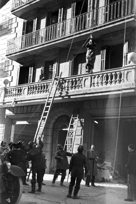 Bombers de Barcelona baixant amb una corda una dona