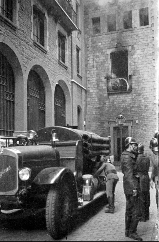 Bombers de Barcelona davant una església cremada el 19/07/1936