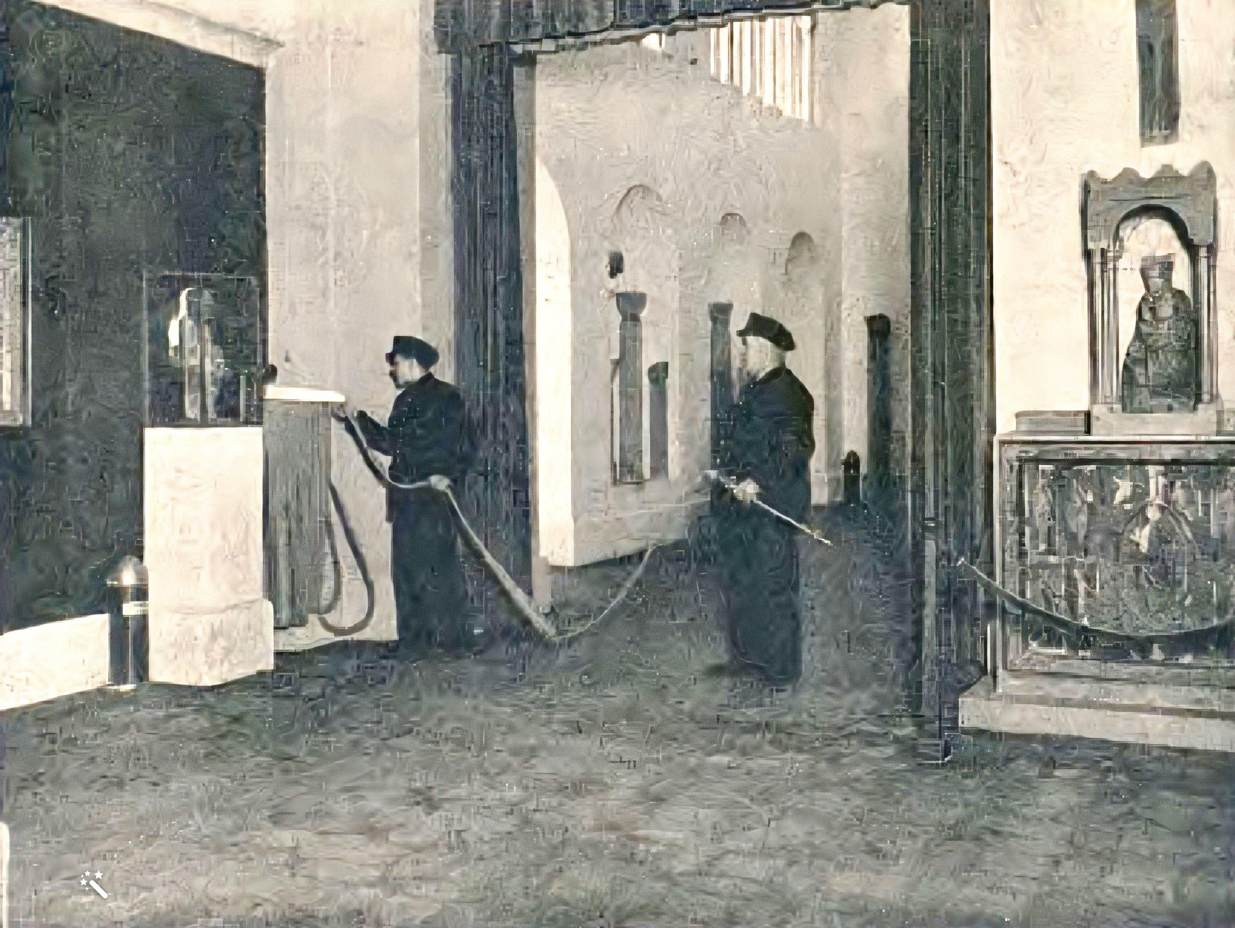 Bombers de Barcelona examina l'estat del material d'extinció, al Museu d'Art de Catalunya, tardor de 1936