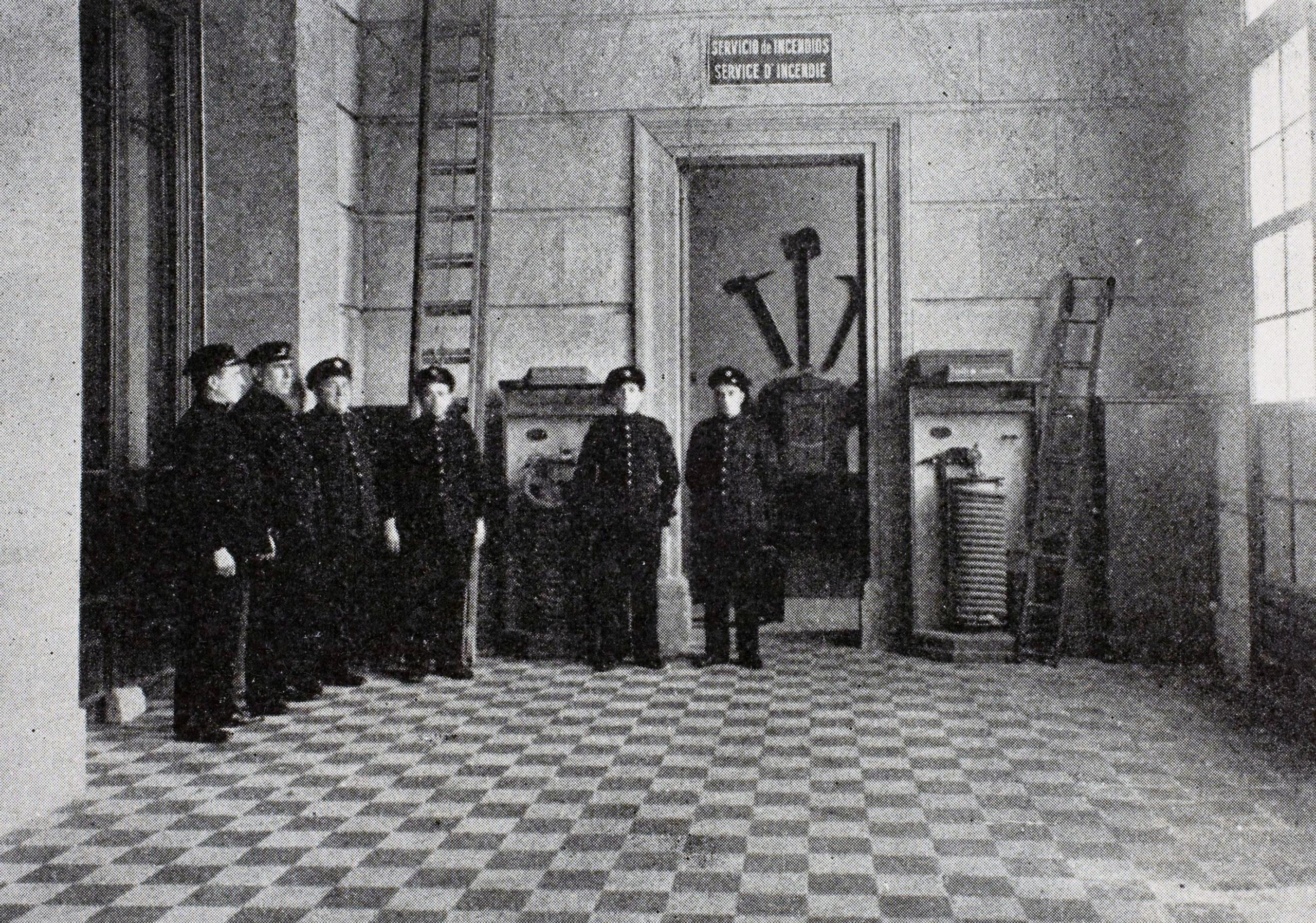 Bombers de Barcelona revisa el material d'extinció de al dipòsit d'obres de la Comissaria de Museusa a l'església de Sant Esteve d'Olot, novembre 1936