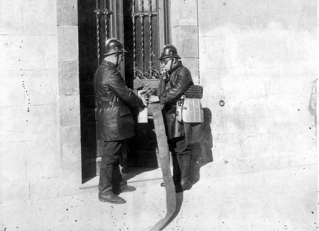 Un grup de bombers de Barcelona a principis dels anys '30
