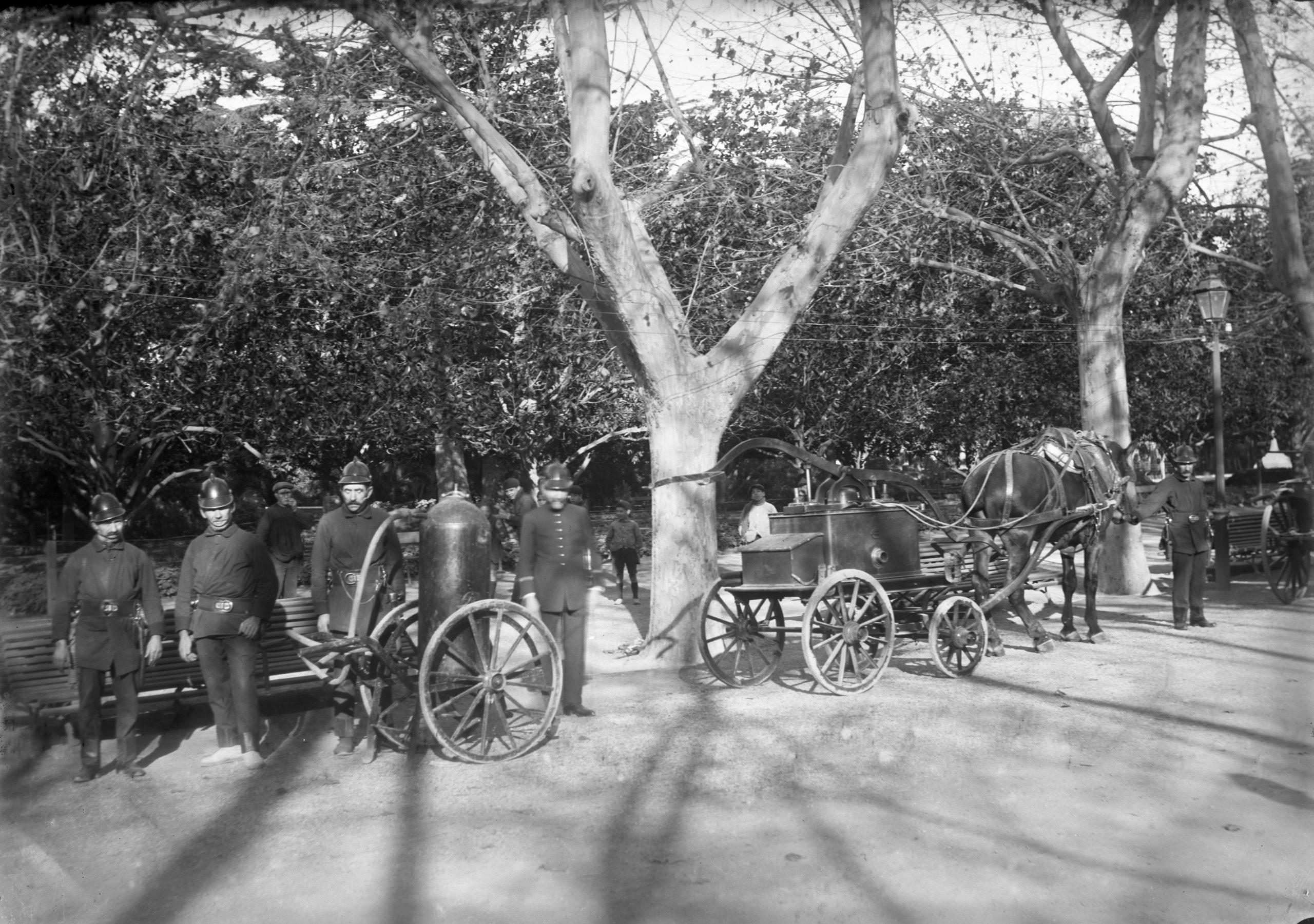 Bombers de l'Hospitalet de Llobregat amb autoritats civils, el setembre de 1936
